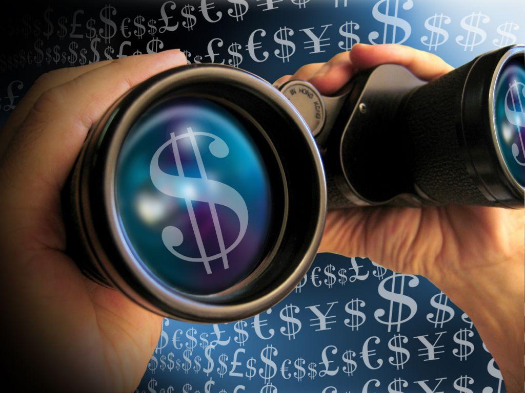 Dos manos sujetando unos prismaticos con el simbolo del dolar en las lentes