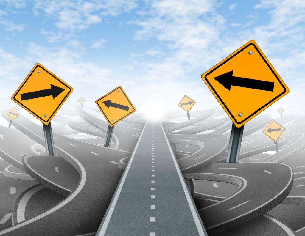 Varias carreteras y distintas senales con flechas indicando varias direcciones